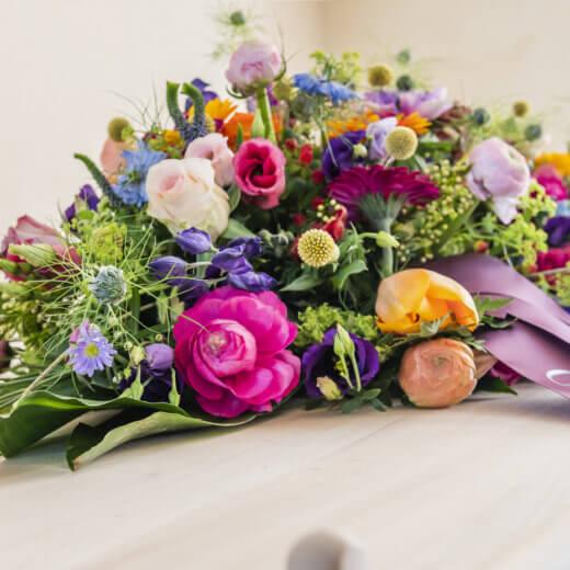 Rouwbloemen op kist